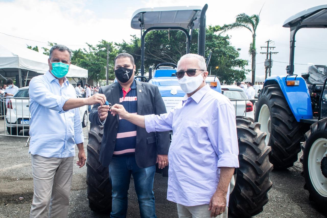 Governador Rui Costa E Secretário Josias Gomes Participam Da Entrega De Veículos Para 120 Prefeituras